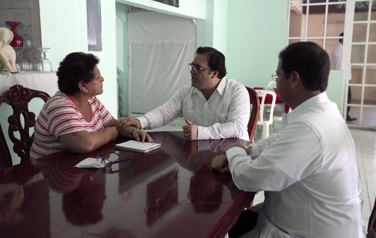 """El Gobernador de Veracruz, Javier Duarte de Ochoa, visitó a la abuela de la joven del caso """"Porkys"""", el 30 de marzo de 2016, quien acuso haber sido agredida por cuatro jóvenes veracruzanos, con la intención de garantizarles que habrá justicia en su caso."""