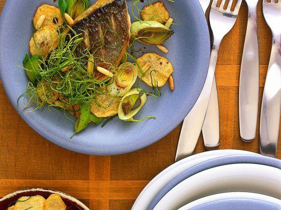 Gebratenes Doradenfilet mit Kartoffeln und Lauch ist ein Rezept mit frischen Zutaten aus der Kategorie Kochen. Probieren Sie dieses und weitere Rezepte von EAT SMARTER!