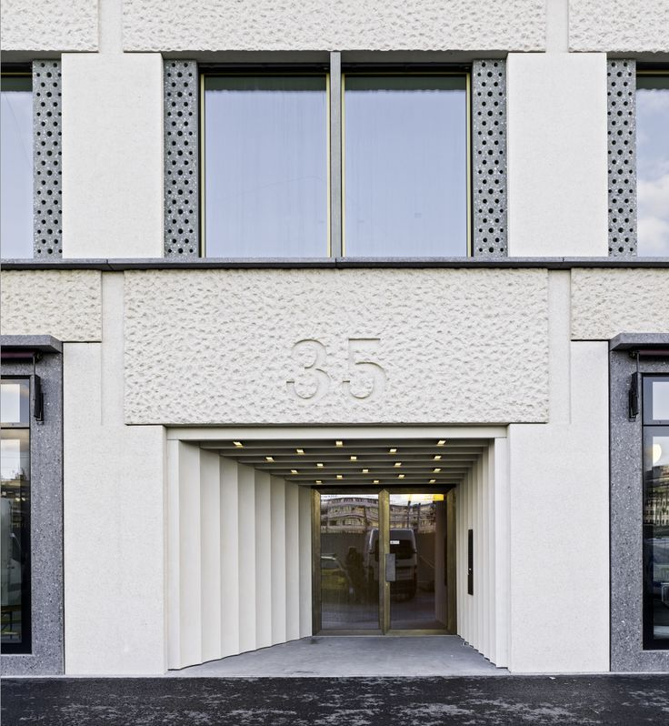 Doors for the residential elements are housed in a deep recess of pharaonic monumentality: http://bit.ly/1ISEi9W