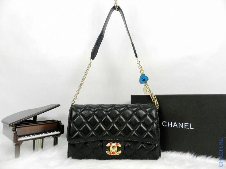 Небольшая сумочка Chanel с сердечками на цепочке и камнями на замке