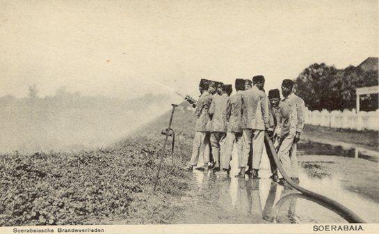 Soerabaiasche Brandweerlieden te Soerabaia circa 1920.