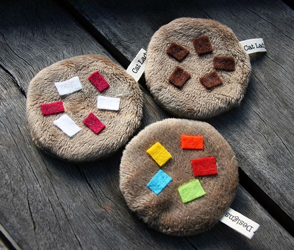 Let your kitty get their noms on with these cute little fuzzy cookies!  Choice of flavours - raspberry & white chocolate, choc chip or smartie!   Filled with your choice of catnip or valerian for added zing. Also available herb free.