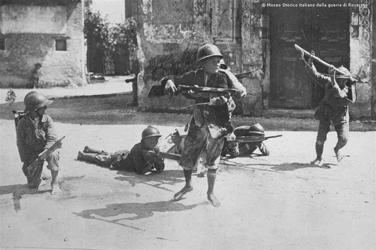 Bambini veneti giocano ai soldati