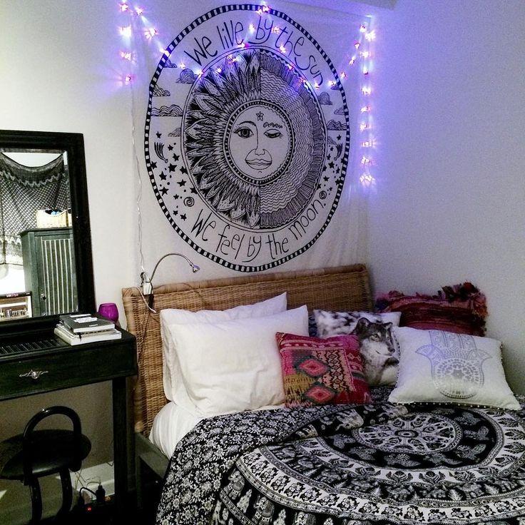 Ma petite soeur @gpninie a refait sa chambre. Vraiment chaleureux même si ce n'est pas mon style! Il manque juste la chaise en macramé     #homedecor #bedroom #bedroominspiration #hippiedecor  #blackandwhite #boho #bohodecor #bohemianchic #bohochic #bohemian #mandala #mandaladecor #gypsies #tapestry #indiantapestry