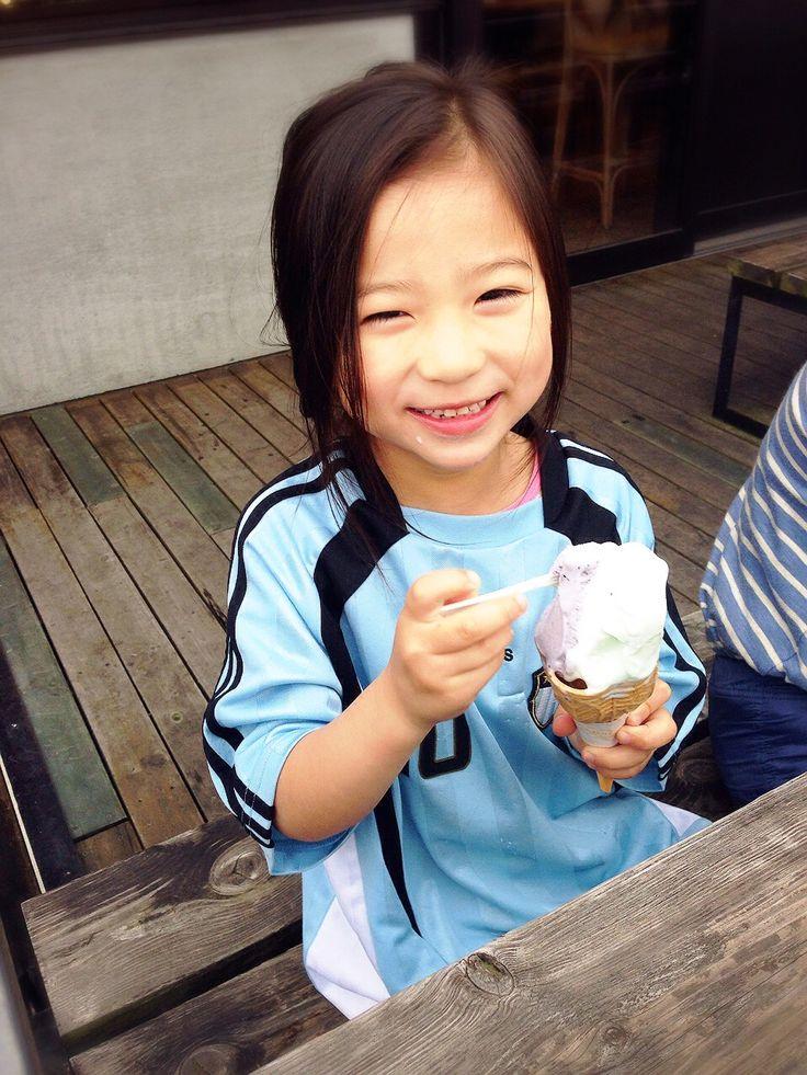 やっぱり外で食べる~♪ ブルーベリーと伯方の塩のジェラート… さらに笑顔♪