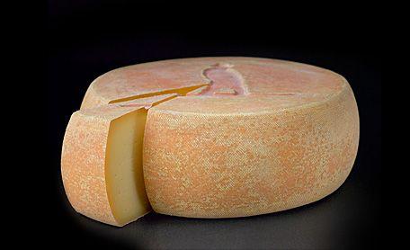 Ce fromage porte fièrement le nom de l'arrière grand-père Alfred Bolduc. Alfred le Fermier est le symbole d'une tradition familiale qui a pour mission de prendre la terre, la cultiver, en vivre et la remettre à la génération future en meilleure condition. Il s'agit d'un fromage fermier, au lait cru de vache, à pâte pressée cuite, affiné 8 mois sur planches de bois. Sa croûte jaune orangée dégage une agréable odeur boisée. Il se démarque particulièrement par sa texture souple et la complexité…