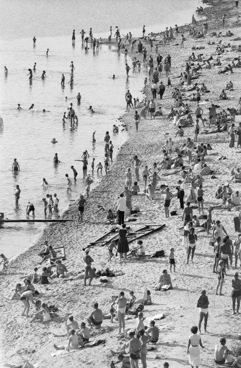 Zbyszko Siemaszko, wypoczynek na plaży nad Wisłą, 1958.fot. ze zbiorów Narodowego Archiwum Cyfrowego (NAC)