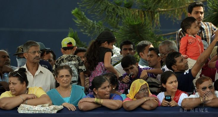 インド・ゴア(Goa)州で、イエズス(Jesuit)会宣教師フランシスコ・ザビエル(Francis Xavier)の遺体を納めたひつぎをセ大聖堂(Se Cathedral)に運ぶ行列を待つ人たち(2014年11月22日撮影)。(c)AFP/PUNIT PARANJPE ▼23Nov2014時事通信|10年ぶり、ザビエルの遺体公開=インド http://www.jiji.com/jc/zc?k=201411/2014112300019 #Francis_Xavier #Francisco_Javier #Francisco_de_Xavier #Frances_de_Jasso #Old_Goa ◆Francis Xavier - Wikipedia http://en.wikipedia.org/wiki/Francis_Xavier