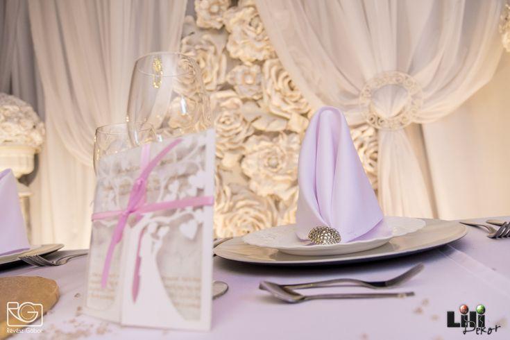 A dekoráció színe a meghívón is visszaköszönhet. meghívó: www.dekorbolt.hu