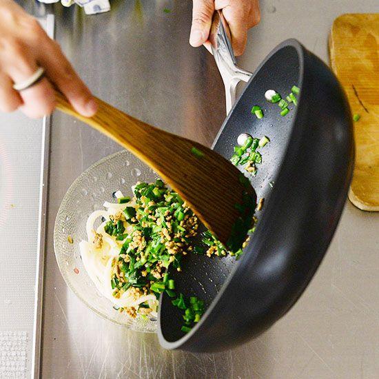 【フライパン1つで満足レシピ】豚ひき肉とニラだけで!大満足の冷たいうどんレシピ