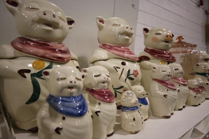Antique show - Smilie & Winnie Shawnee pig cookie jars & salt & peper shakers