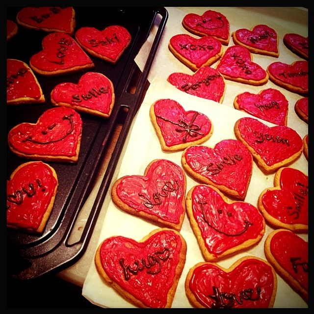 バレンタイン用に♡ハート型のピーナッツバタークッキーに赤いチョコレートでデコレーションしました:) - 41件のもぐもぐ - ピーナッツバタークッキー by CHIKA