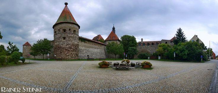 Burg Hohenberg im Fichtelgebirge.  Am Rande des Fichtelgebirges nahe der Tschechischen Grenze steht in der Stadt Hohenberg an der Eger die gleichnamige Burg. Die 1222 erstmals erwähnte Burg ist die am besten erhaltendste Burg im Fichtelgebirge und beherbergt heute eine Jugendherberge mit Schulungszentrum. Die Anlage ist frei zugänglich und wer einen Aufenthalt im Fichtelgebirge plant sollte diese Burg auf keinen Fall auslassen alleine schon wegen der tollen Aussicht.