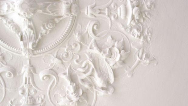 Applicate alle pareti o al soffitto, le modanature offrono grandi possibilità di personalizzazione degli ambienti, donando un tocco di eleganza e originalità.
