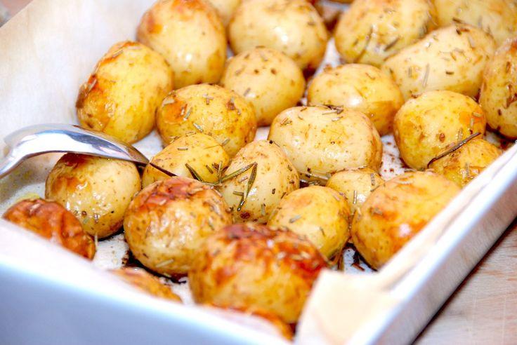 Se den lækre opskrift på ovnkartofler med rosmarin, der laves i et ildfast fad. Kartoflerne bages i halvanden time. Ovnkartofler med rosmarin er nemme at lave, og så passer de ovnbagte kartofler pe…