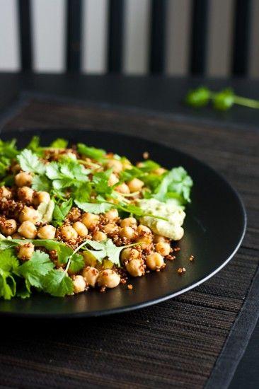 Lämmin quinoa-kikhernesalaatti