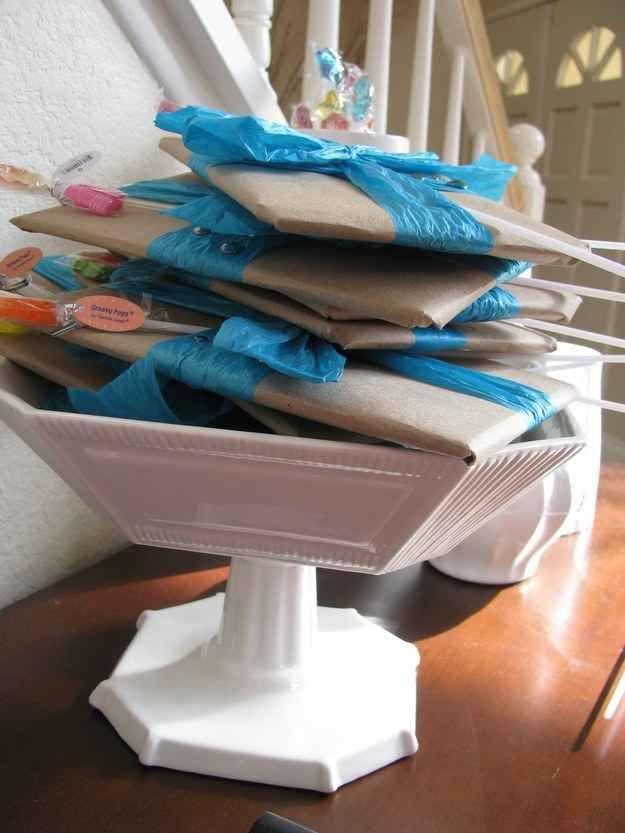 Envuelve Mad Libs (juego de palabras) y dales a las invitadas sus bolsas de regalo cuando lleguen.