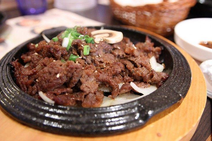 Dit heerlijke gerecht komt van de geweldige Koreaanse culinaire blog (maar dan gewoon in 't Nederlands)Koreaanskoken.com. Een tip voor lekkere bijgerechten: witte rijst (sushirijst),groente, tofu of pannenkoekjes en natuurlijk Kimchi(het nationale gerecht van Korea: pittige gefermenteerde chinees kool. Koreanen eten dit bij iedere maaltijd; er zijn wel meer dan 100 soorten Kimchi). Snij de ossenhaas …