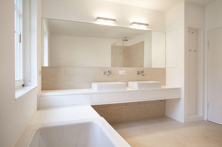 MTB-Badmöbel in Mineralwerkstoff weiss, Bodenfliesen beige - badezimmer aufteilung neubau