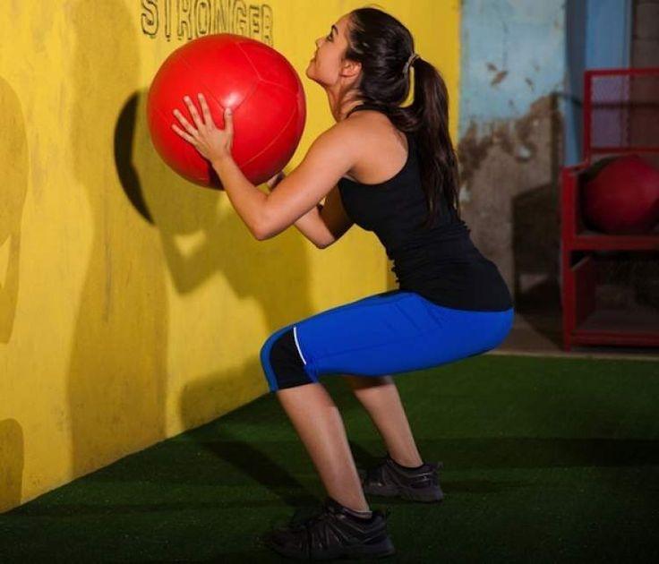Um dos exercícios que mais engrossam pernas e coxas é o arremesso com bola medicinal