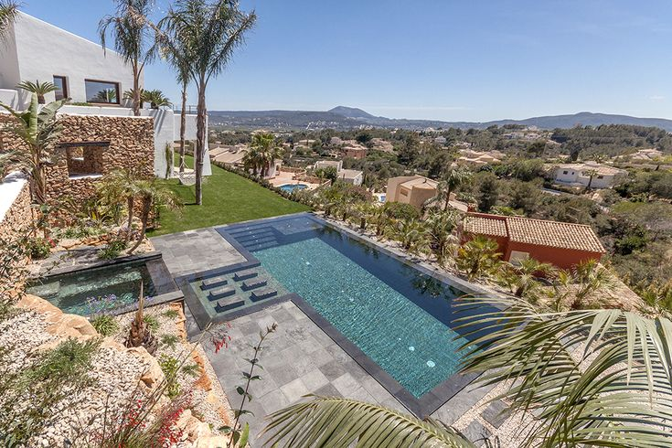 Jardin y piscina piscina desbordante perimetral con for Materiales para piscinas