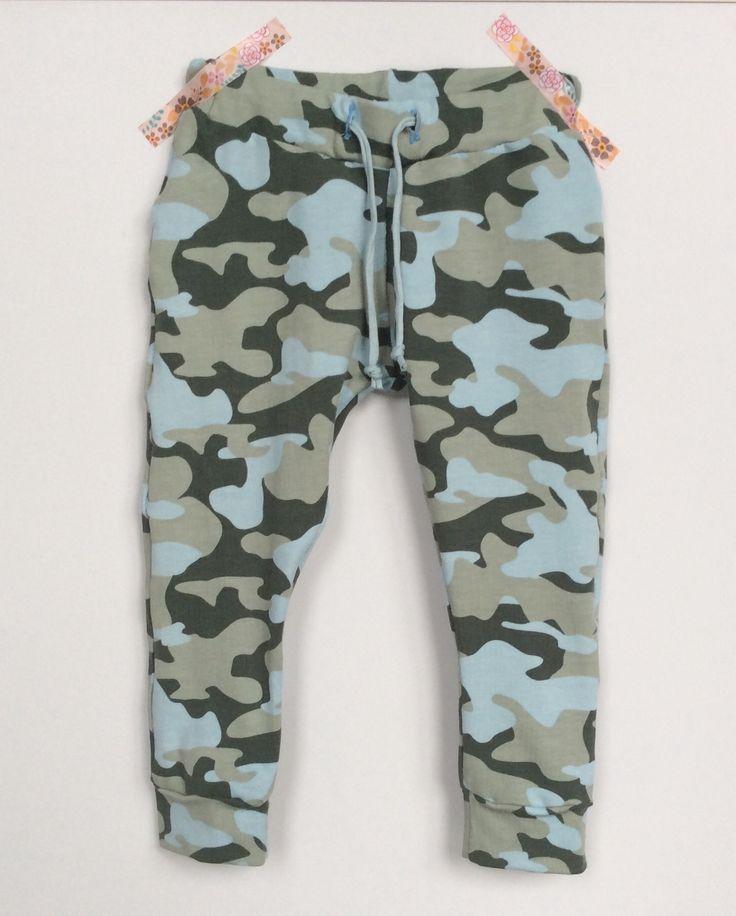 Stoer legerbroekje voor een meisje gemaakt. Leuk met een spijkerjasje.