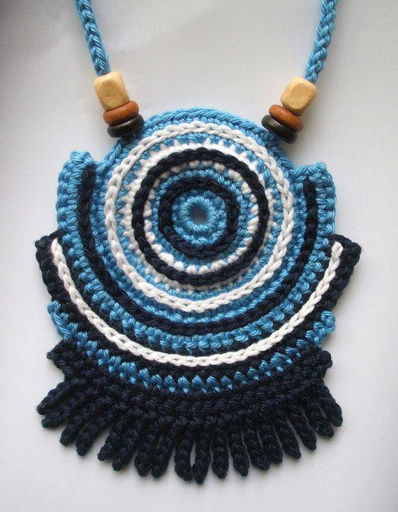 Diseñado y hecho a mano por Dragana Bozic. De ganchillo collar de hilos de algodón 100% colores con cuentas de madera. Puede ver las dimensiones