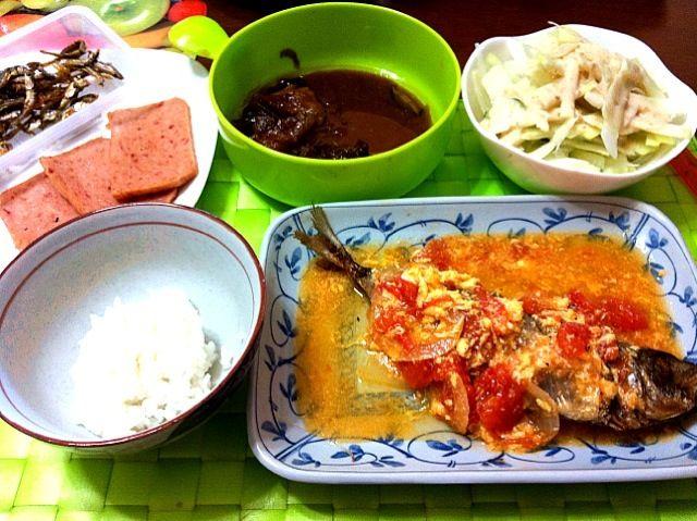 昨日の朝食〜 Sasiado【アジの素揚げトマト&卵餡掛け】 フィリピンぢゃポピュラーな中国製のスパムの類似品「マリン」はスパムより薄味で食べ易いです♫ 残り物のアドボ・バボイ【豚の三枚肉角煮】 ご飯は100g位かな?(笑)  風邪引いてるので栄養満点のが朝からたっぷりと出て来ましたσ(^_^;) - 24件のもぐもぐ - Sasiado【アジの素揚げトマト&卵餡掛け】 by マニラ男