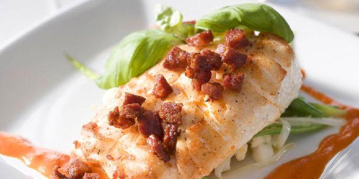 Den kraftige spanske pølsen chorizo passer godt til den milde fisken.