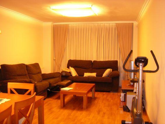 Vivienda semi-nueva, de 107 m2 útiles, distribuida en salón-comedor, 3 habitaciones, 3 armarios empotrados, 2 baños, cocina con galería, terraza acristalada, patio de 60 m2 (cerrados 36 m2). Suelo de parqué, ventanas de aluminio, puertas de roble. Garaje