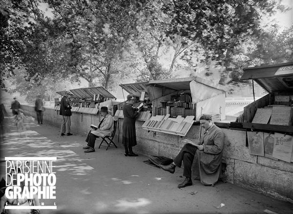 ©Bouquinistes sur les quais. Paris, 1934. Jacques Boyer / Roger-Viollet