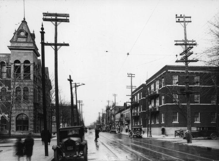Avenue du Mont-Royal En direction Est, à l'angle de l'avenue des Érables. On y aperçoit l'édifice abritant le Club Delorimier, un tramway et plusieurs commerces.