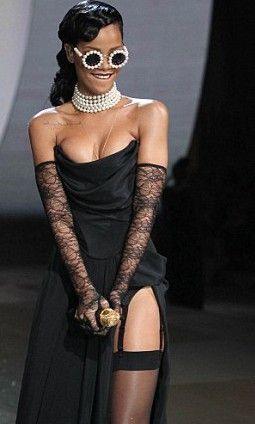 Η Rihanna με ζαρτιέρες!
