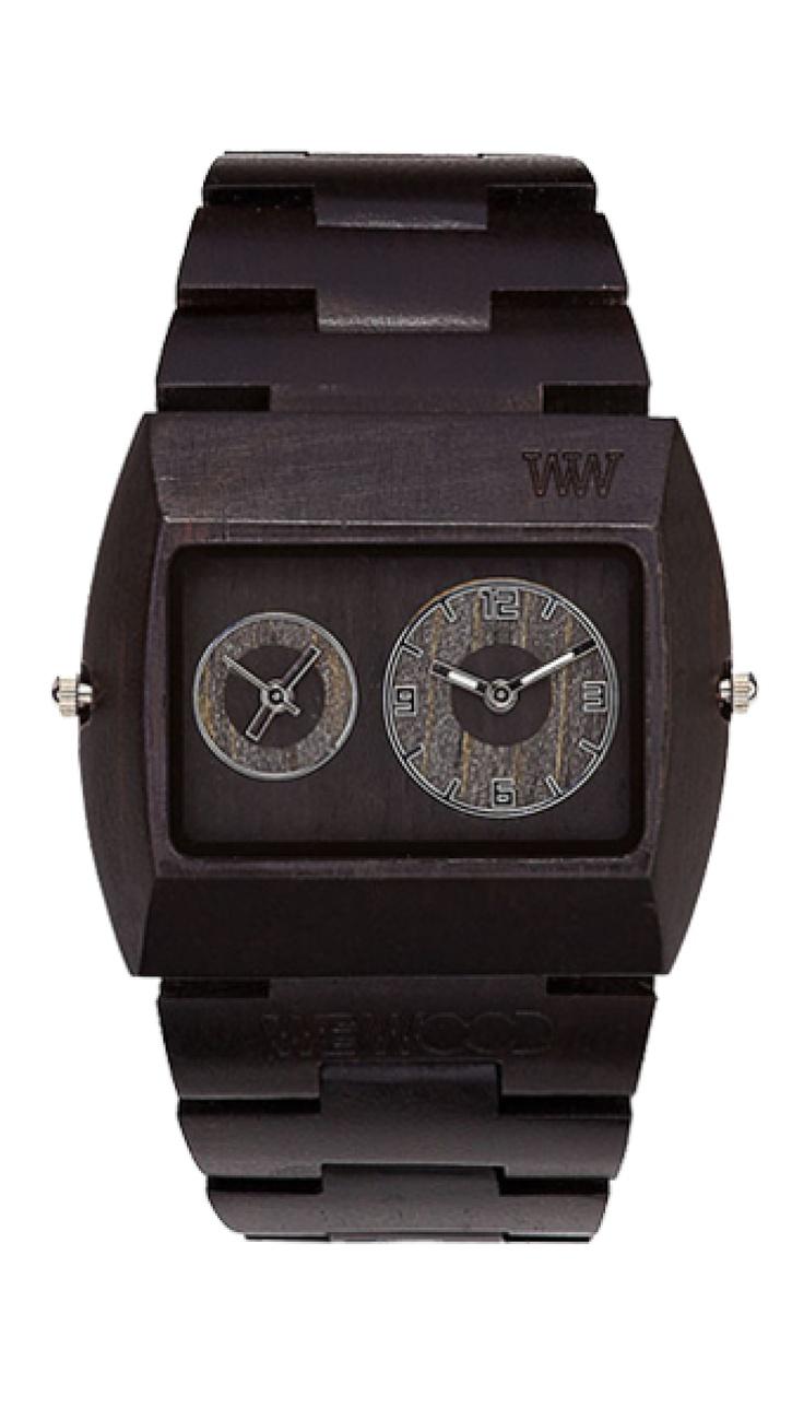 Masivní, ale přesto lehké a snadno nositelné – takové jsou hodinky řady JUPITER s dvěma ciferníky. Model Black je vyroben z ebenu, pocházejícího až z daleké Tasmánie, jehož barva nemálo připomíná barvu nejhlubší noci.