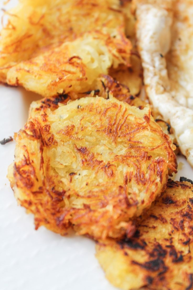 Love hashbrowns, but don't love carbs? These crispy Spaghetti Squash Hashbrowns are low-carb and under 150 calories! #vegetarian #gluten-free