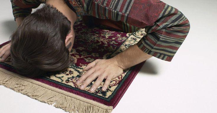Posições para orações muçulmanas. A oração é um dos cinco pilares do Islã e um dever para todo muçulmano praticante. As orações muçulmanas ocorrem, pelo menos, cinco vezes por dia, correspondendo à posição do sol, e são executadas com um conjunto de posições. É considerado um pecado negligenciar a oração e muitas famílias muçulmanas incentivam os filhos a começarem a orar ...