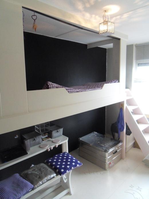 vanwege dat het bed een apart kamertje is met een trap kun je die goed in een decor gebruiken