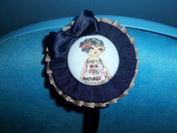 Diadema plisado faya y botón forrado