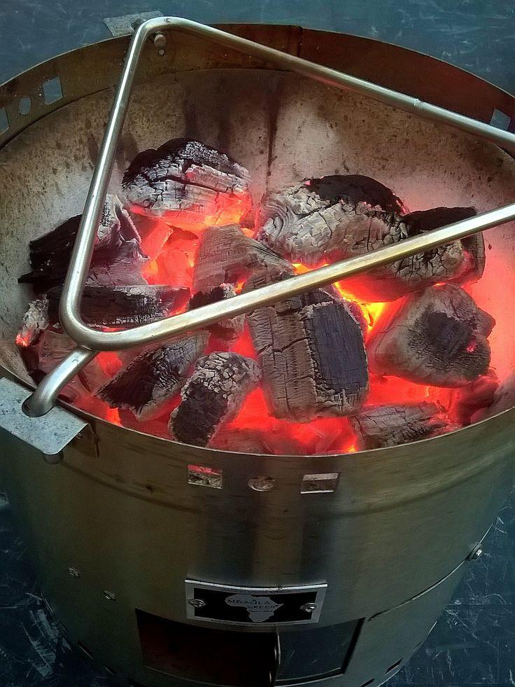 Met de RVS driehoek kan je op de Mbaula Green koken en stoven in diverse pannen en (gietijzeren) potten. Koop de Mbaula Green op: www.onsgaanbraai.nl en bij Die Spens in Amersfoort! #braai #barbecue #bbq #kooktoestel #mbaulagreen #onsgaanbraai #camping #kamperen #outdoor #outdoorcooking #buitenkoken #buitenleven