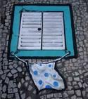 Cette bouche d'égout a été utilisée par des street artist pour représenter une fenêtre à laquelle est étendue une culotte
