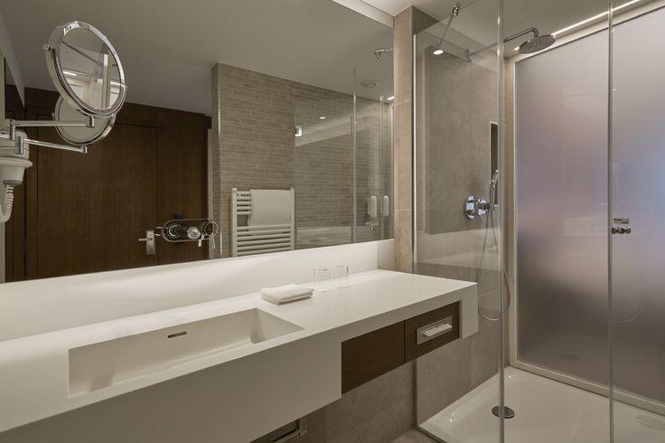 Moderne Badezimmer in den Komfortzimmern im Hyperion Hotel Berlin