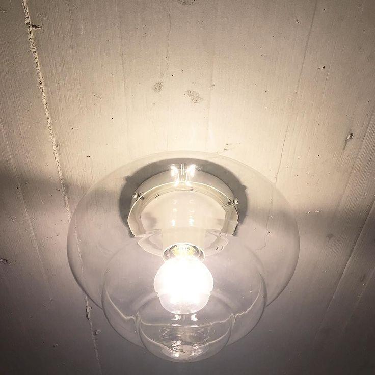 jetzt auch beim Vorplatz endlich eine tolle Lampe ergattert. Ebay sei Dank ohne klaffendes Loch im Geldbeutel. Ich bin happy. Jetzt suchen wir für unseren Garten nur noch einen Tisch auf dem mit Freunden an sonnigen Tagen mit einem kühlen Bier gegessen werden kann.  #ricardo #ebay #lampe #gartentisch #schnäppli #sparfuchs #sparen #happy