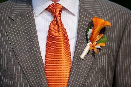 Oranje corsage - Pinterested @ http://wedspiration.com.