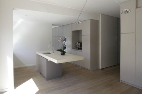Meesterschap dat ook uw keuken vorm kan geven; naadloos betonnen spoeleiland te Naarden. Eén van de kleuren uit onze designlijn. Zie voor meer inspiratie ook www.rosta-roccia.nl  en/of www.betonnen-kookeiland.nl.