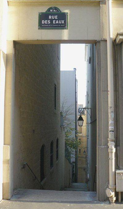 Le débouché de la rampe piétonne de la rue des Eaux sur la rue Raynouard  (Paris 16ème)