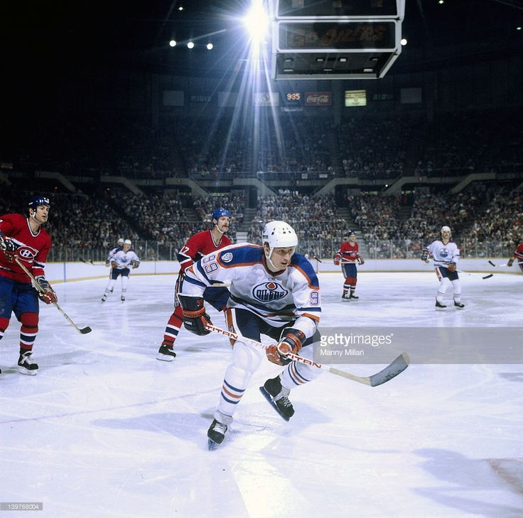 Edmonton Oilers Wayne Gretzky (99) in action vs Montreal Canadiens at Northlands Coliseum. Manny Millan X26519 )