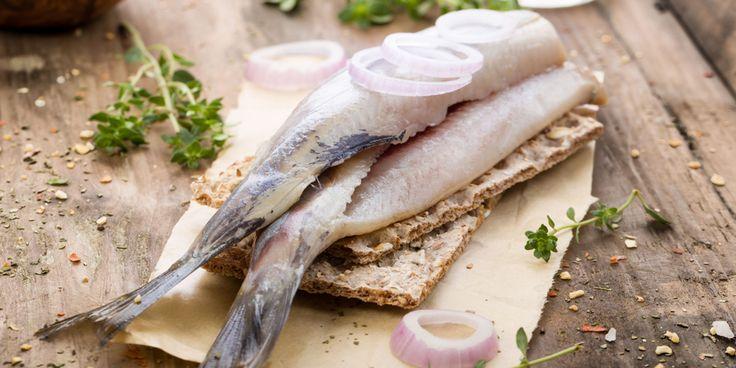 Hoera, het haringseizoen is weer geopend. Zoet of zuur, op een broodje of uit het vuistje, met of zonder uitjes… Hoe je haring ook eet, het visje is goed voor je gezondheid. Waarom eigenlijk? Gezonde rodebloedcellen Regelmatig haring eten houdt je rode bloedcellen gezond. En dat is belangrijk, want die bevatten het eiwit hemoglobine dat…