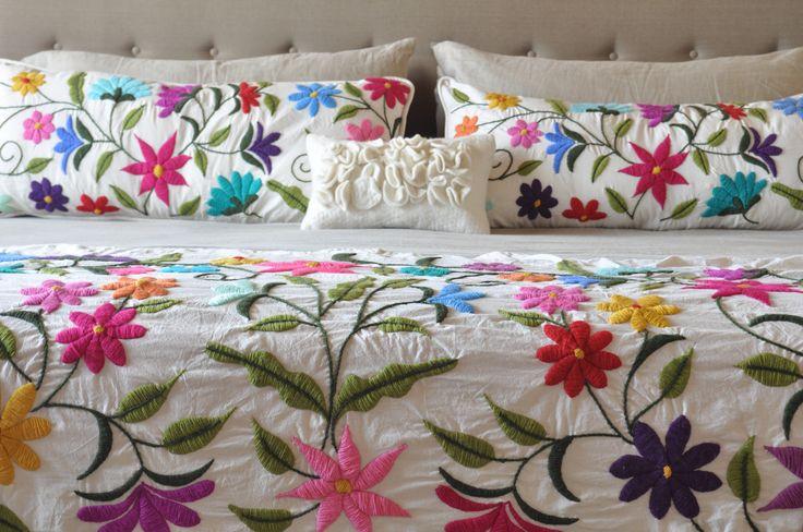 Pie de cama y almohadones bordados a mano. www.tiendadecostumbres.com.ar
