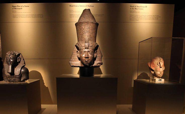 Ala com estatuas egipcias sobre o rei Tutancamon - Arte dos faraos Foto3