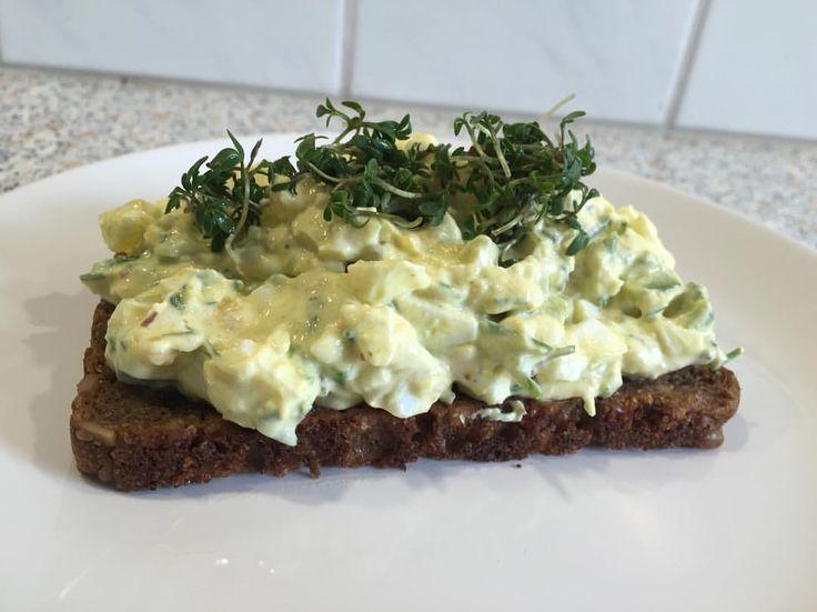 Hjemmelavet æggesalat 🙌🏼  æg, skyr, agurk, avokado, salt, peber, karry, purløg og lidt chili  #ægge#salat#KVARG#madtilmuskler#protein#eatlow#fav#recept#sallad#röra#sund#vægttab#aalborg#äggröra#äggsallad#ägg#opskrift